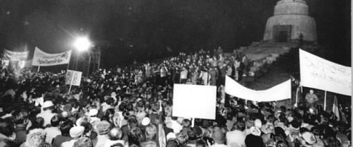 Bundesarchiv_Bild_183-1990-0105-300_Berlin_Demonstration_am_sowjetischen_Ehrenmal-860x360-1419237554